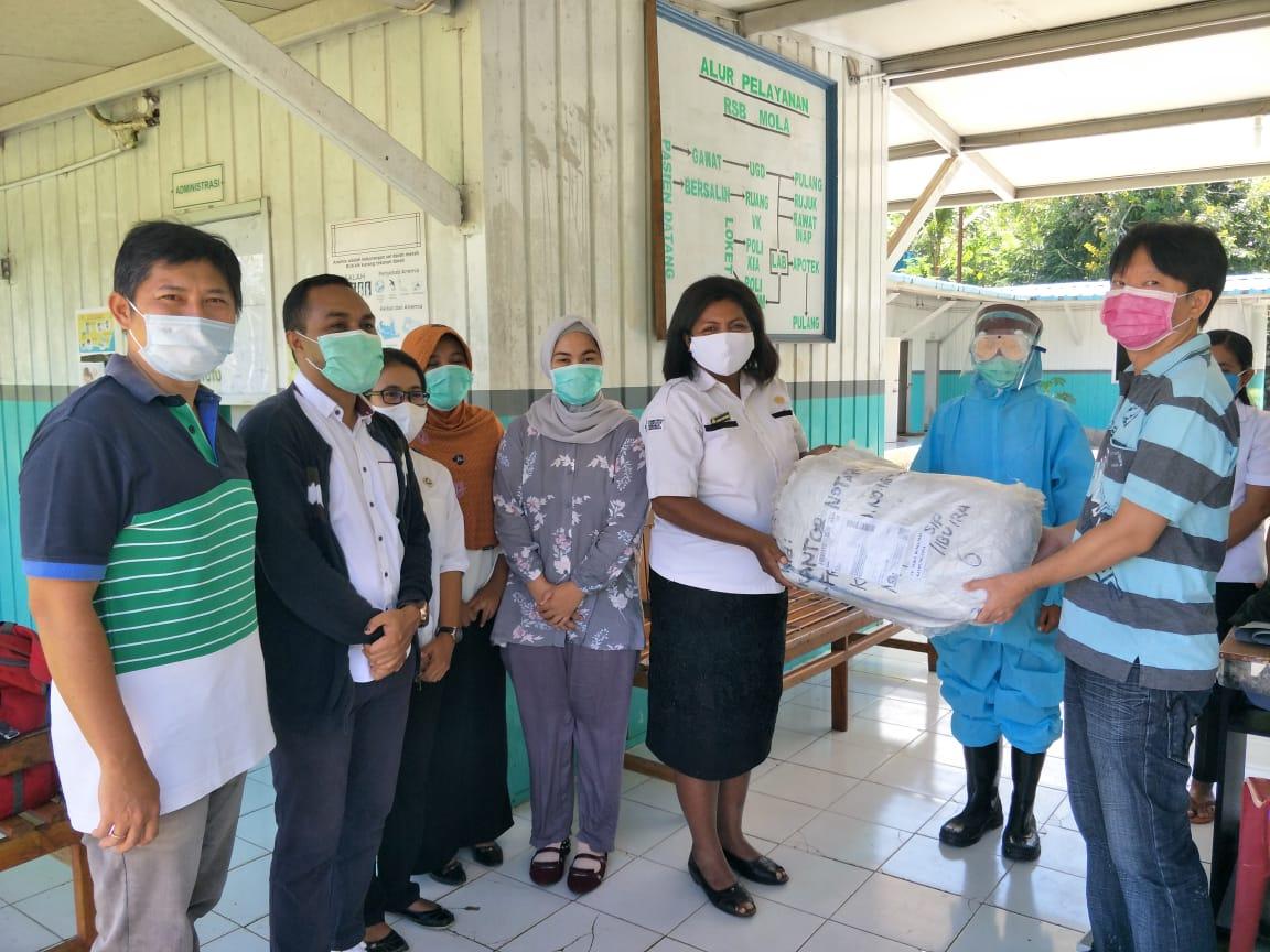 Denny Lalitan menyerahkan paket bantuan APD Tenaga Medis dari Ibu Irawati Dharmawan kepada Manajemen RSB Mola, Rabu (29/4) di Kalabahi.
