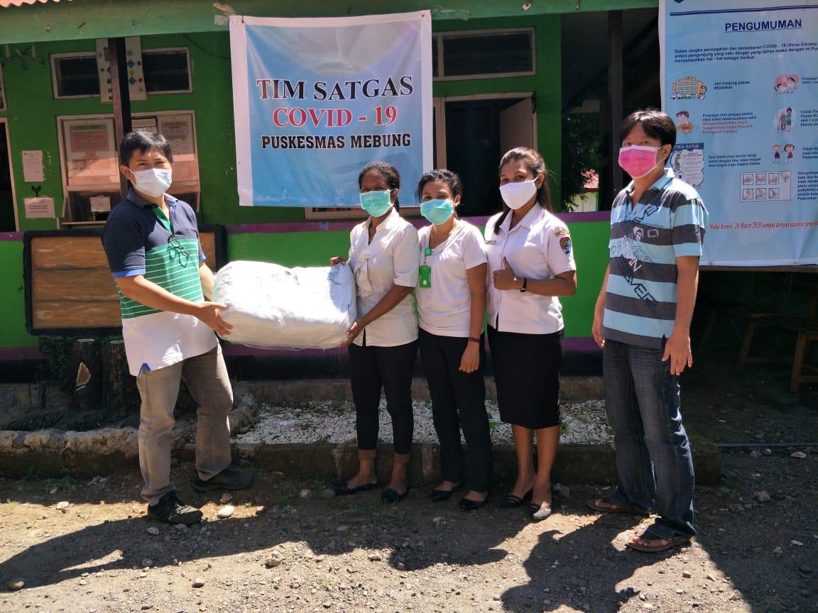 Denny Lalitan menyerahkan paket bantuan APD Tenaga Medis dari Ibu Irawati Dharmawan kepada Puskesmas Mebung, Rabu (29/4) di Kalabahi.