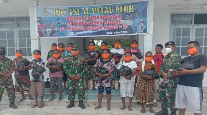 Komandan Pos TNI AL Pulau Alor Letda Laut (P) Jasril Sinaro, foto bersama warga usai menyerahkan Sembako dan Masker kepada warga Desa Maritaing, Rabu (6/5) di Pos TNI AL Pulau Alor, Maritaing.
