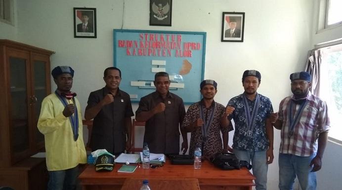BPC GMKI Kalabahi foto bersama Ketua dan Anggota BK, usai penyerahan bukti-bukti dugaan pelanggaran kode etik Ketua DPRD Enny Anggrek, Jumat (8/4) di kantor DPRD, Batunirwala.