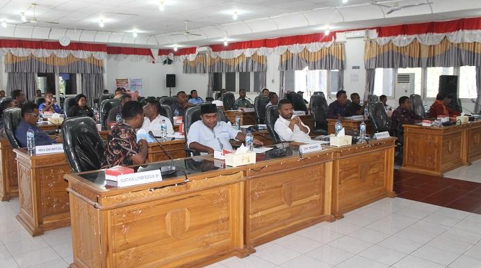 Anggota DPRD Alor serius mengikuti sidang paripurna penetapan APBD tahun 2020