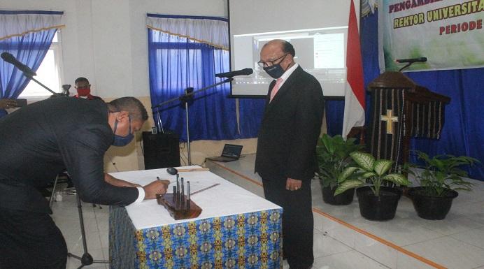 Pelantikan Rektor Untrib Alvons F. Gorang, S,Sos., MM oleh Ketua Yayasan Tribuana Kalabahi Permenas Kolly, SE, Sabtu (23/5) di Aula kampus Untrib, Kalabahi.