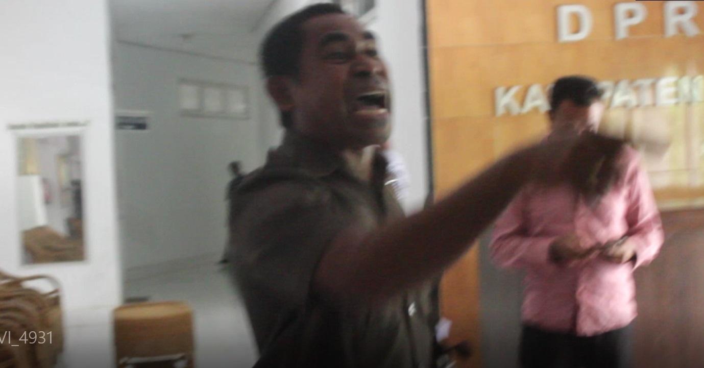 Anggota DPRD Alor Reiner Atabuy saat wolk out dari ruang sidang BK, Selasa (5/5) di gedung DPRD, Batunirwala.
