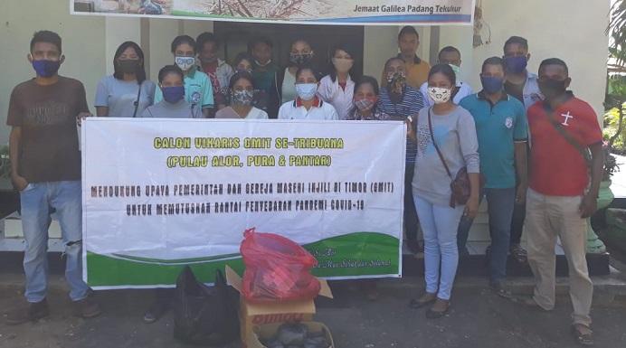 Calon Vikaris GMIT se-Tribuana Alor foto bersama di Gereja Padang Tekukur sebelum melakukan aksi bagi Sembako dan Masker di wilayah pelayanan GMIT, Sabtu (2/5).