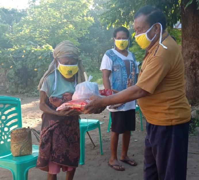 Ketua Fraksi Partai Golkar DPRD Alor Azer D. Laupada, SH, membagi sembako dan masker kepada Lansia terdampak Covid-19 di Desa Pailelang, Kecamatan Alor Barat Daya, Kamis (11/6).