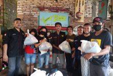 Anggota HIPMA Yogyakarta pose bersama usai menerima bantuan sembako sumbangan Pemkab Alor, Sabtu (16/5) di Sekretariat HIPMA, Yogyakarta.