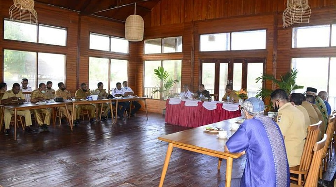 Bupati Alor Drs. Amon Djobo membuka rapat penamaan nama Bandara Kabir, Senin (29/6) di Restoran Aikoli.
