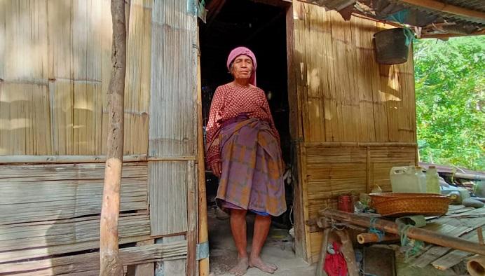 Oma Aizah Dursaha sedang berdiri di rumahnya di RT 5 RW 4 Desa Alila Timur Kecamatan Kabola, Kabupaten Alor, NTT.