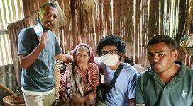 Koordinator Renovasi 2 Rumah Desa Alila Timur, Bung Iamanuel Besituba (ujung kanan) foto bersama usai berdialog dengan oma Aizah di rumahnya, Rabu (17/6) di Desa Alila Timur Kecamatan Kabola.