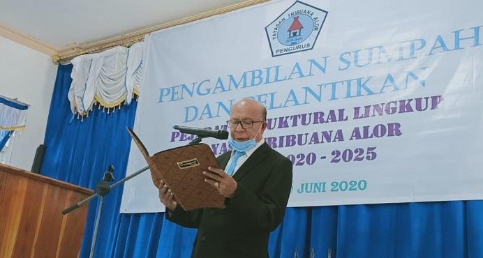 Ketua Yayasan Tribuana Alor Permenas Lamma Kolly, SE sedang membacakan naskah sumpa jabatan pada pelantikan Pejabat Struktural Yayasan Periode 2020-2025, Jumat (19/6) di aula kampus Untrib, Kalabahi.