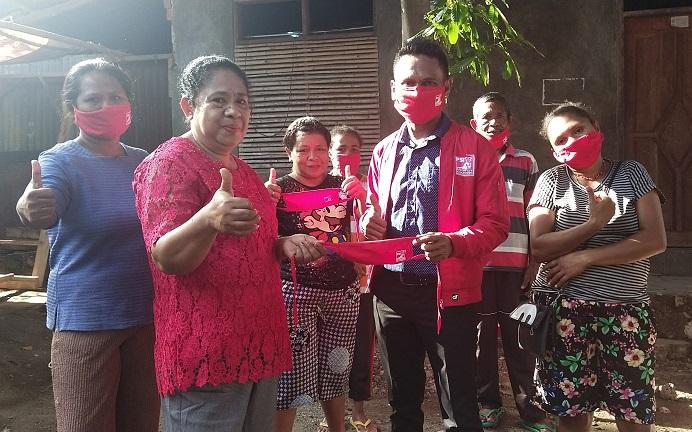 Ketua DPD PSI Kabupaten Alor Dony Menase Mooy, S.Pd, membagi Masker sumbangan DPP PSI, di Kelurahan Kalabahi Timur, Kamis (18/6) pagi.