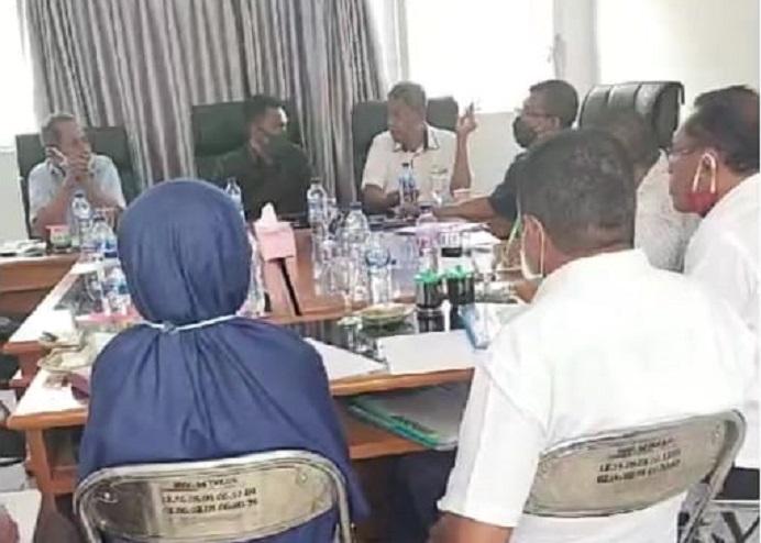 Ketua Komisi I Dony Mooy (kedua dari kiri, baju coklat tua) dan Sekretaris Komisi Karel Lapenangga (kanan baju putih) memimpin Rapat Komisi bersama Plt Kepala BKSDM Alor Maria Jafra, S.Sos (berkerudung, duduk berbalik kamera), Rabu (10/6) di gedung DPRD, Batunirwala.