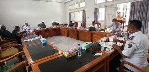 Rapat Kerja Komisi III DPRD Alor dengan Dinas Perhubungan Alor, membahas peresmian Pelabuhan Petik Emas Moru, Senin (29/6) di gedung DPRD, Batunirwala.