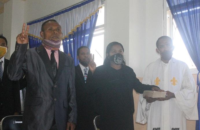 Wakil Rektor I Adolfina Oualeng, S.Th.,M.Th PAK (tengah) dan Wakil Rektor II Elia Maruli, SE., MM (kiri) sedang mengangkat sumpah jabatan pada pelantikan 26 pejabat struktural Untrib, Sabtu (6/6) di aula kampus Untrib Kalabahi.