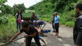 Foto: Relawan Komunitas Aksi Koin 1000 (AKON) Alor, sedang menambal jalan Kalabahi-Kokar. Aksi itu dilakukan pada tahun 2017. Pada waktu itu warga Alor memberikan sumbangan Koin 1000 untuk membeli semen dan pasir untuk kegiatan penambalan jalan dimaksud.