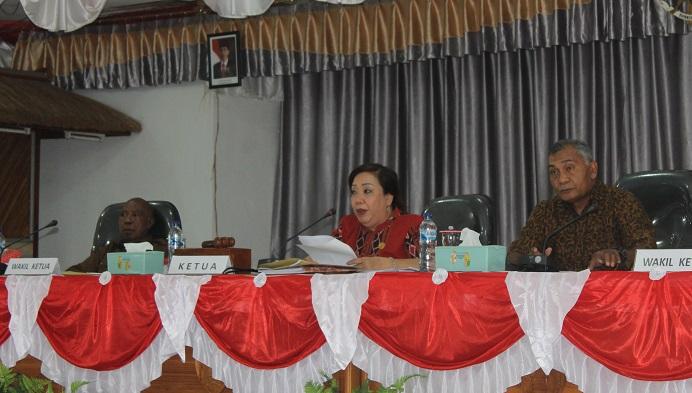 Wakil Ketua I DPRD Alor Yulius Mantaon (kiri), Ketua DPRD Enny Anggrek (tengah) dan Wakil Ketua II Sulaiman Singh, ketika memimpin sidang DPRD belum lama ini.