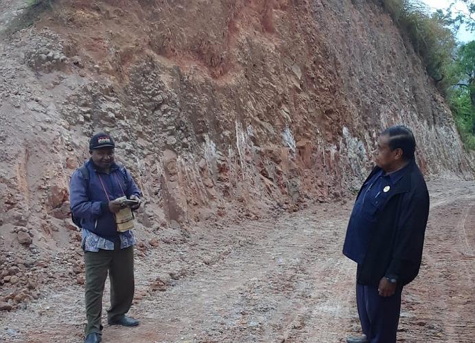 Anggota DPRD Alor Azer D. Laoepada, SM.SH (kanan) di dampingi Kasie Kecamatan Mataru Anton G. Atakari, pantau pembangunan jalan baru Falalang - Kileibakai di Kecamatan Mataru, Kamis (16/7).