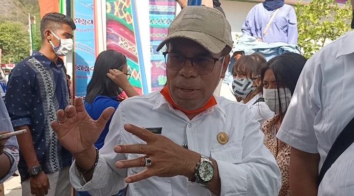 Kepala Dinas PU Provinsi NTT Ir. Maxi Nenabu, MT, diwawancarai wartawan soal jalan Kalabahi-Kokar, Kamis (30/7) di sela acara Festival Al-Qur'an Tua, Alor Besar.