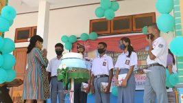 Siswa SMK N 1 Kalabahi dapat hadiah buku dari gurunya di acara HUT 40, Kamis (30/7).