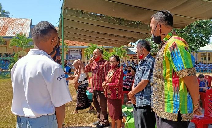 Korwas SMA/SMK Kabupaten Alor, Drs. Angrith Akal, (ujung kiri), Kasek SMK N 1 Kalabahi Idaleta Laure, S.Pd (kedua kiri), Ketua Komite Jhon L. Maro (kedua kanan) dan perwakilan guru, disuguhkan kue ultah oleh para siswa di acara HUT SMK 1 ke 40, Kamis (30/7) di halaman sekolah, Lanbo, Desa Lendola, Kecamatan Teluk Mutiara.