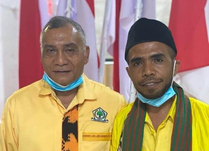 Sulaiman Singh (kiri) dan Sokan Teibang foto bersama pada Musda Golkar Alor ke X di Aula Watamelang Kalabahi, Sabtu (25/7).
