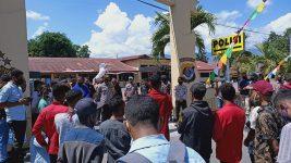 Demonstran Aliansi Mahasiswa Pemerhati Perempuan dan Anak, berunjuk rasa di depan Mapolres Alor, Selasa (11/8/2020). Mereka menuntut penegakan hukum kasus asusila di BMKG Alor.