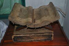 Al-Quran Tua yang terbuat dari Kulit Kayu yang kini berada di Desa Alor Besar. (Foto: Kemendikbud.go.id).