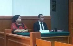 Pemohon Enny Anggrek, SH di dampingi Pengacaranya Philipus Fernandez, SH, saat menghadiri pembacaan putusan prapedilan di Pengadilan Negeri Kalabahi, pada tanggal 8 Agustus 2017. (Foto: doc tribuanapos.net).