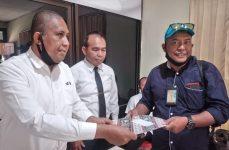 Koordinator Aksi Forum Wartawan NTT, Joey Rihi Ga, menyerahkan pernyataan sikap kepada Humas Polda NTT, Senin (31/8/2020) di Mapolda NTT, Kota Kupang.