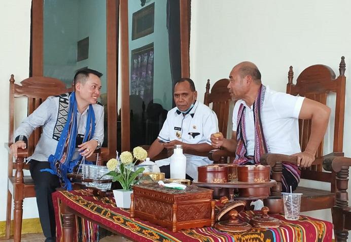 Gubernur NTT Viktor Bungtilu Laiskodat (kanan), Bupati Alor Drs. Amon Djobo (tengah) dan Anggota DPRD NTT Rocky Winaryo duduk di rumah adat Uma Pusung Rebong pada acara Festival Al-Qur'an Tua di Alor Besar, Kamis (30/7/2020) siang.
