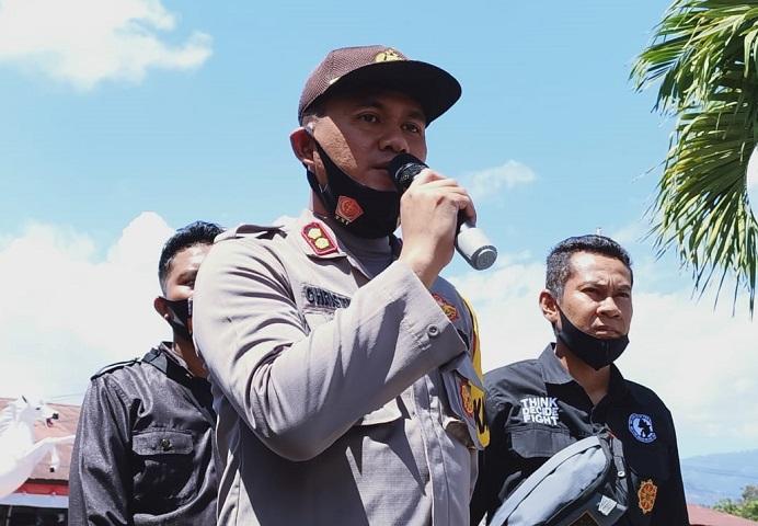 Kapolres Alor AKBP Agustinus Chrismas Tri Suryanto, S.IK, mejelaskan status hukum kasus asusila di BMKG Alor kepada para demonstrans mahasiswa di Mapolres Alor, Selasa (11/8/2020).