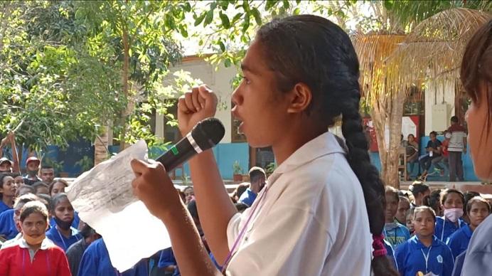 Salah satu Mahasiswa Baru Untrib membaca puisi dalam acara Ordik tahun 2020 di halaman kampus Untrib, Sabtu (29/8).