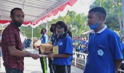 Ketua Panitia Ordik Samuel Heo, S.Kom.,M.Kom serahkan hadiah kepada Masya Beli sebagai peserta terbaik Ordik Tahun 2020, Sabtu (29/8) di kampus Untrib.