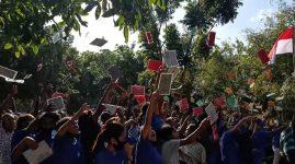 Mahasiswa Baru Untrib rayakan penutupan Ordik dengan melempar ID Card ke atas, Sabtu (29/8) di kampus Untrib.