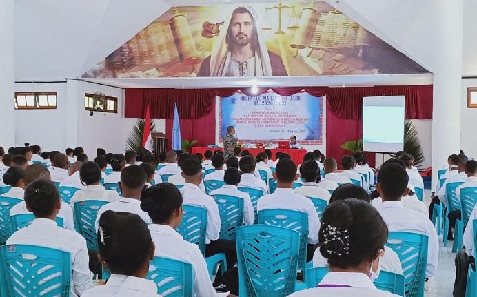 Rektor Untrib Alvons F. Gorang, S.Sos.,MM memberikan materi Visi Misi Untrib kepada 575 Mahasiswa Baru, Kamis (27/8) di Aula Pola, Kalabahi.