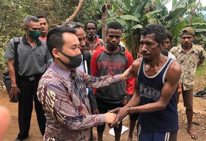 Anggota DPRD NTT Rocky Winaryo, pada suatu kunjungan kerja di salah satu Desa di Kabupaten Alor. (Foto: doc Rocky Center).