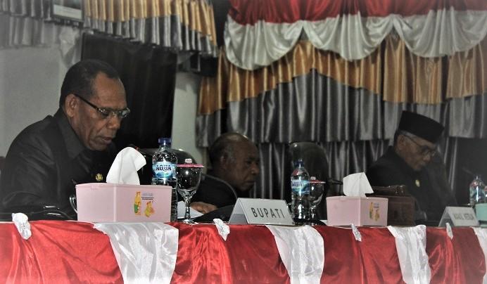Bupati Alor Drs. Amon Djobo (kanan), Waket I DPRD Drs. Yulius Mantaon (tengah) dan Waket II DPRD, Sulaiman Singh, SH, pada sidang pembahasan anggaran di DPRD waktu lalu.