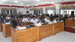 Anggota DPRD Alor dalam suatu sidang pembahasan anggaran di gedung DPRD, Batunirwala belum lama ini.