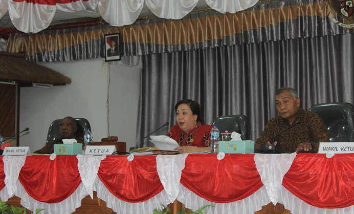 Pimpinan DPRD Alor: Ketua DPRD Enny Anggrek, SH (tengah), Waket I Drs. Yulius Mantaon (kiri), Waket II Sulaiman Singh, SH (kanan), dalam suatu sidang pembahasan anggaran di gedung DPRD, Batunirwala belum lama ini.