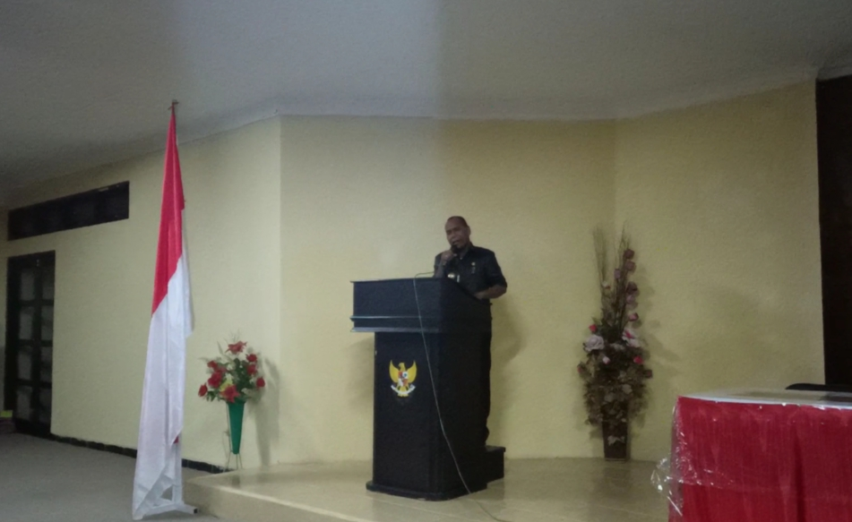 Bupati Alor Drs. Amon Djobo nyanyi lagu rohani di acara pembukaan KSW VII GMKI, Senin (14/9) di Kalabahi.