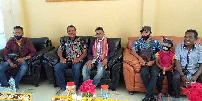 Ketua Umum GMKI Korneles Galanjinjinay (tengah) tiba di Bandara Mali Alor, Minggu (13/9) sekitar pukul 13.00. Ketum dijemput Korwil VII Meki Suny (kiri), Ketua Panitia Marthen Blegur (kedua kiri), Ketua Cabang GMKI Kalabahi Nando Paut (kedua kanan) dan Mantan Ketua Cabang GMKI Kupang Simson F. Beli (ujung kanan).