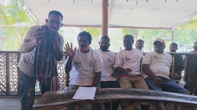 Koordinator Nelayan Mali Adolf Samasing (kedua kiri) sedang berbicara dengan Sandiaga Uno melalui sambungan virtual yang difasilitasi Ketua Umum GMKI, Corneles Gilanjinjinay (ujung kiri), Selasa (15/9/2020) di Homestay Celyn Cafe, Mali.