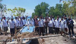 Wakil Ketua I OK OCE Bidang Maritim, Corneles Ginanjinjinay, foto bersama Nelayan Mali di Pantai Mali, Kabola, Kabupaten Alor, NTT, Selasa (15/9).