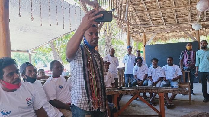 Wakil Ketua I OK OCE Bidang Maritim, Corneles Ginanjinjinay, sementara fasilitasi nelayan Mali Alor berbicara dengan Sandiaga Uno melalui sambungan virtual, Selasa (15/9) di Homestay Celyn Cafe, Mali, Alor.