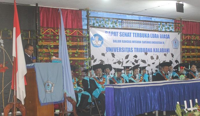 Dr. Fredrik Abia Kande sedang menyampaikan orasi ilmiah di acara wisuda 259 Sarjana Untrib, Rabu (28/10/2020) di Aula Gereja Pola Tribuana, Kalabahi.