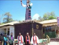 Peresmian patung yesus di Jemaat Pniel Kolana dalam perayaan 100 tahun injil masuk Alor Timur, tahun 2011. (Foto: akun Facebook Samuel Kalawaly). Kini patung tersebut sudah dirobohkan dan tersisa puing-puingnya.