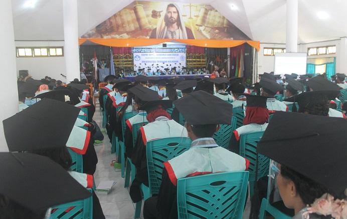 Rektor Untrib Alvons F. Gorang, S.Sos.,MM sedang berpidato di hadapan 259 wisudawan Untrib, Rabu (28/10/2020) di Aula Gereja Pola, Kalabahi.