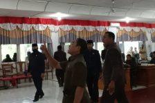 Anggota DPRD Alor Lukas Reiner Atabuy, Deni Padabang, Marthen Blegur dan Dony Mooy memprotes sidang yang diskors Ketua DPRD Enny Anggrek, Senin (16/11) di gedung DPRD, Batunirwala.