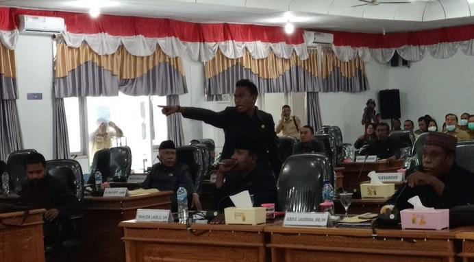 Reaksi protes Ketua Komisi I Dony M. Mooy menolak sidang paripurna dipimpin Ketua DPRD Enny Anggrek , Senin (16/11) di ruang sidang utama DPRD, Batunirwala.
