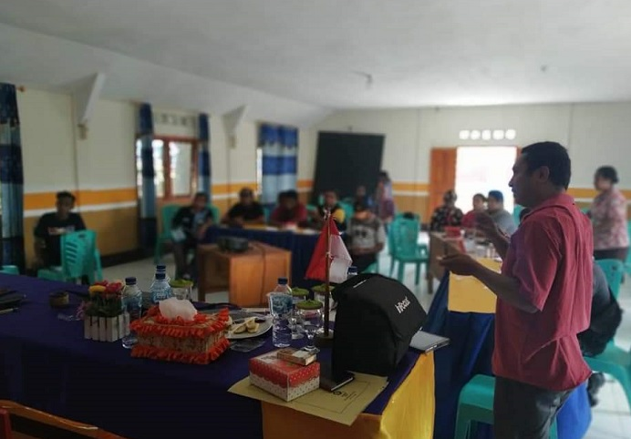 Instruktur pelatihan sistem Aplikasi Desa, Andri Kolobani sedang memberikan pelatihan kepada 13 peserta, Kamis (12/11) di Balai Desa Lendola.